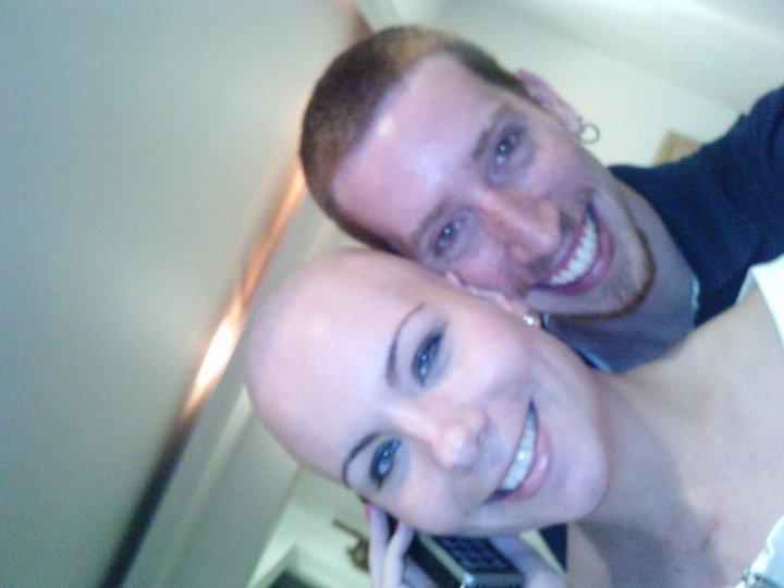 O namorado também raspa a cabeça para dar força para a namorada em quimioterapia 2