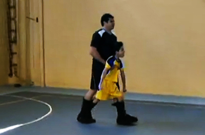 Pai cria bota especial para filho com paralisia poder jogar futebol 3