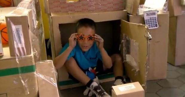 Menino de 9 anos constrói um fliperama inteiro feito de papelão 4