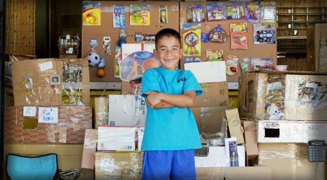 Menino de 9 anos constrói um fliperama inteiro feito de papelão 3