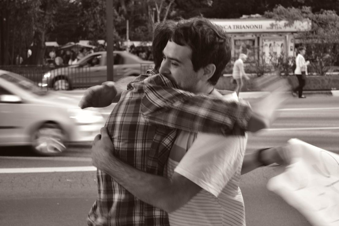 O poder de um abraço no meio da rua 3