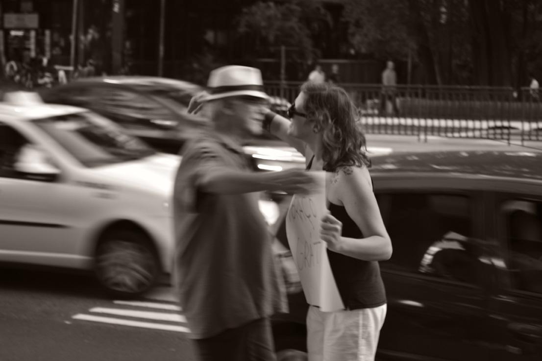 O poder de um abraço no meio da rua 8