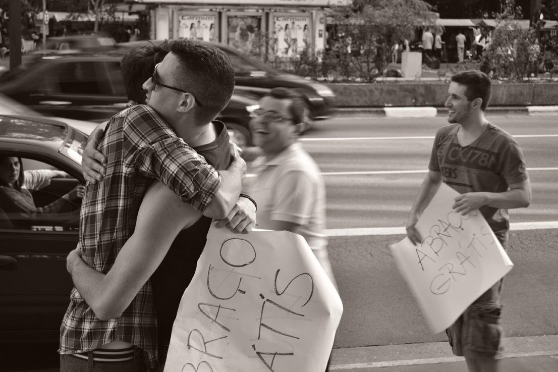 O poder de um abraço no meio da rua 7