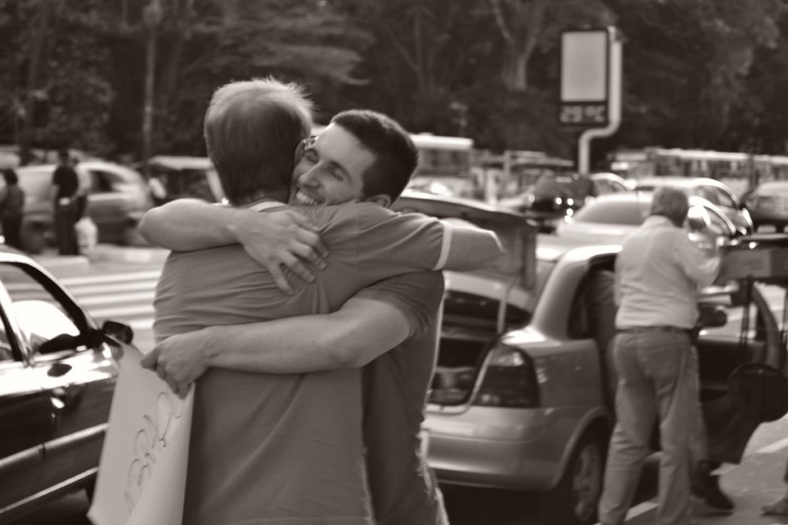O poder de um abraço no meio da rua 6