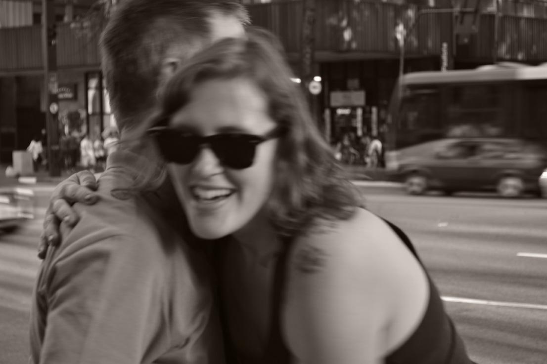 O poder de um abraço no meio da rua 5