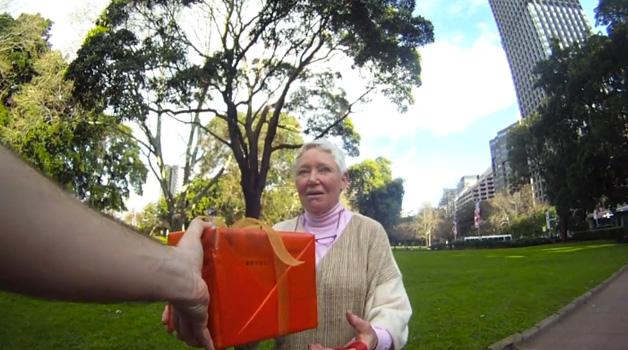 Brasileiro cria projeto do bem dando 30 presentes para 30 desconhecidos 9
