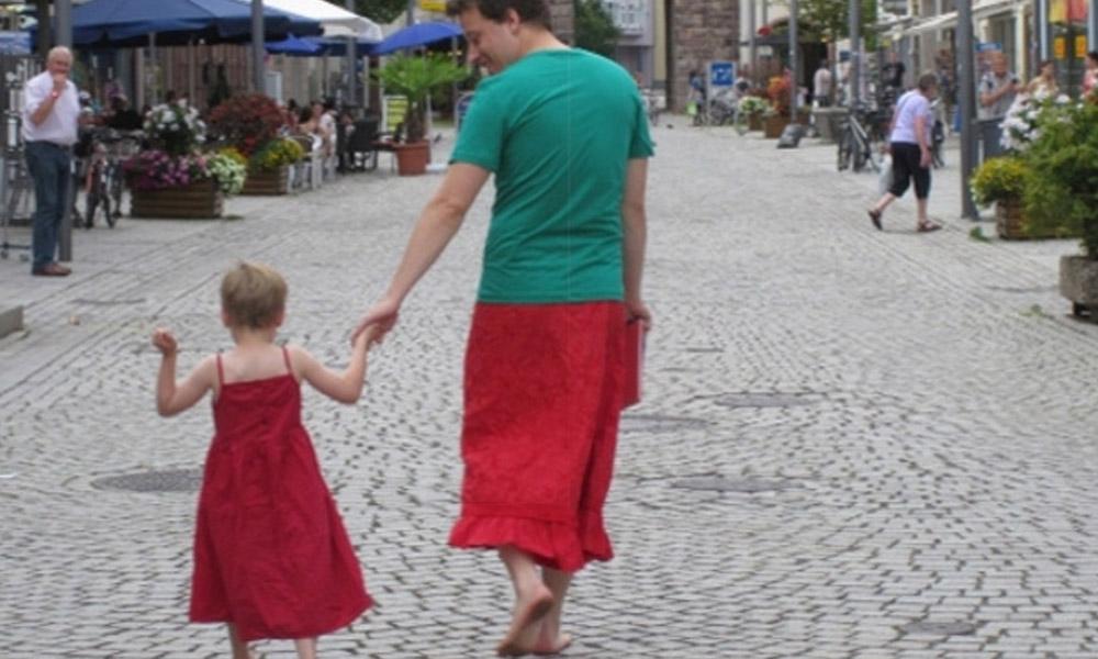 Alemão veste saias para apoiar filho de 5 anos que gosta de usar vestidos 2